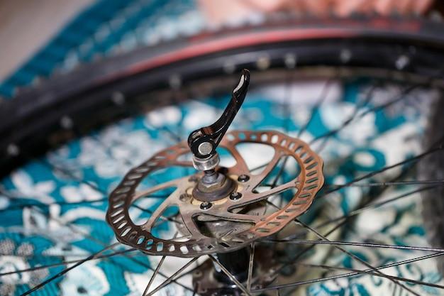 Fiets schijfrem. schijfrem achter op mountainbike. bezoek mijn portfolio om andere foto's van fietsonderdelen te zien