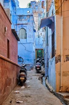 Fietsen geparkeerd in de straat van jodphur jodhpur rajasthan india