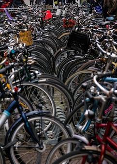 Fietsen geparkeerd in drukke straat van amsterdam