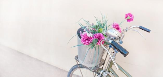 Fietsen met bloemen