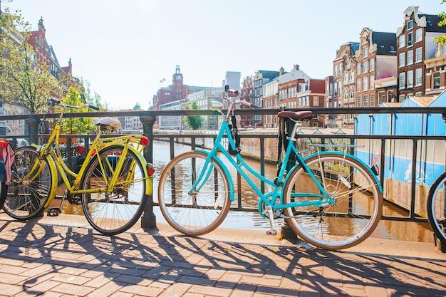 Fietsen op de brug in amsterdam, nederland. prachtig uitzicht op grachten in de herfst