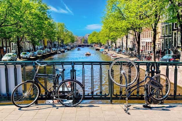 Fietsen op de brug in amsterdam, nederland
