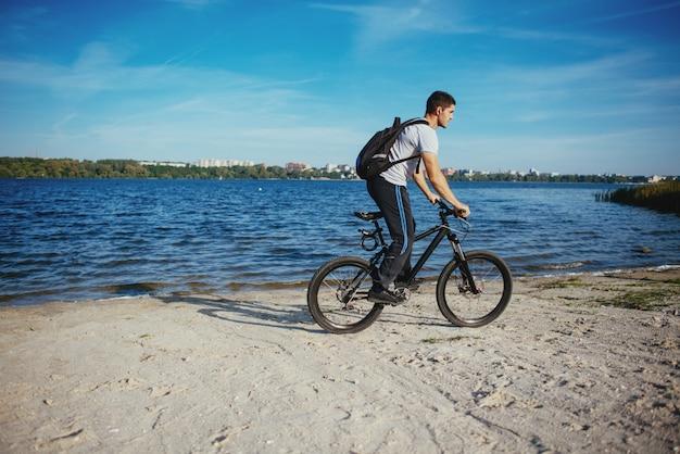 Fietser die een fiets berijdt Premium Foto