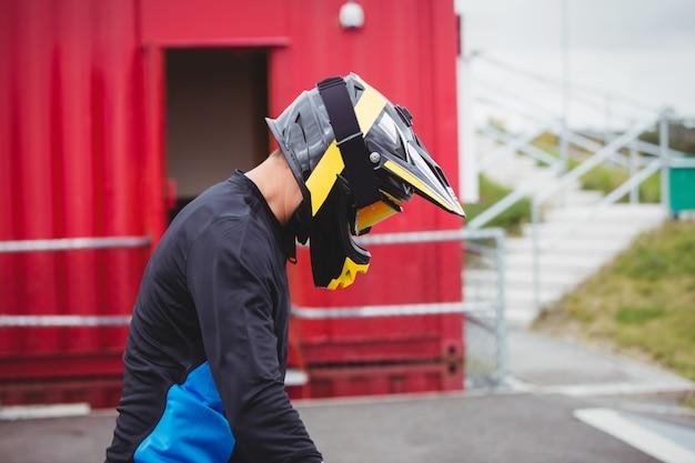 Fietser die een helm draagt