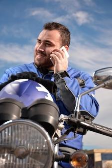 Fietser die telefonisch met zijn smarthtelefoon spreekt