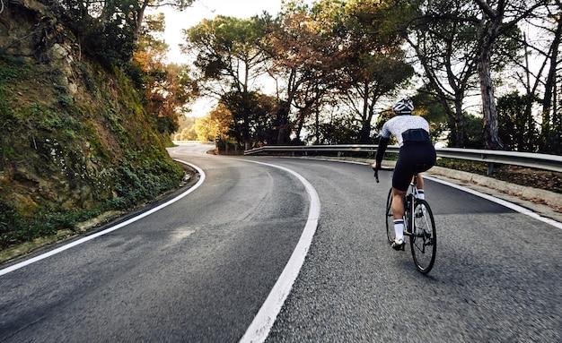 Fietser man met een fiets op de weg