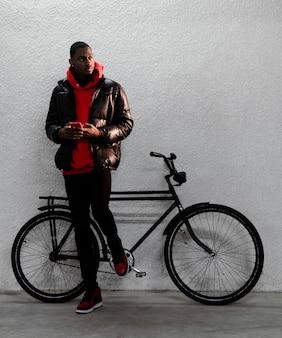 Fietser man tijd doorbrengen met zijn fiets