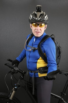 Fietser met een fiets met een uitgestrekte hand