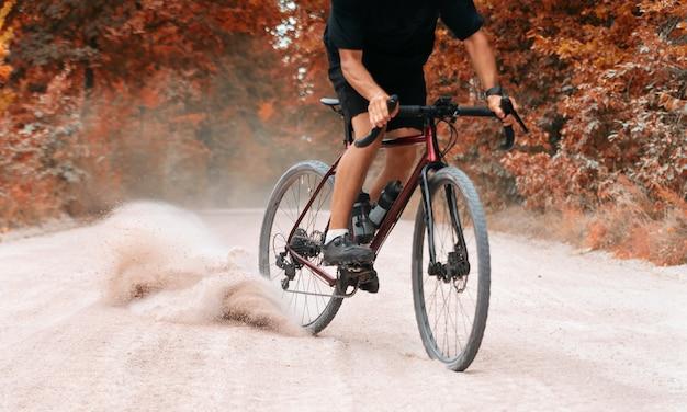 Fietser op de fiets langs de weg