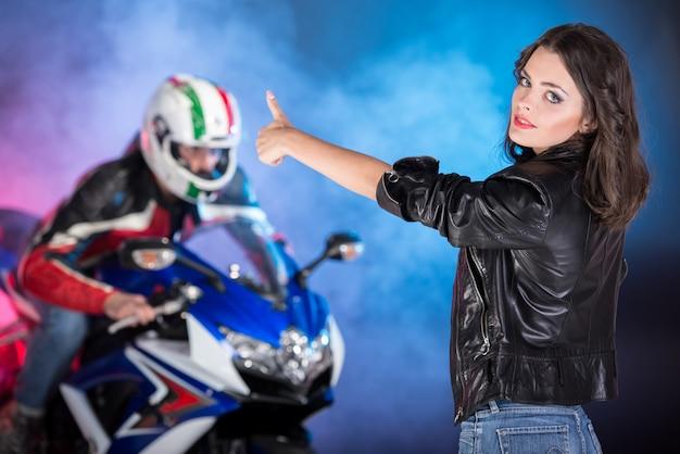 Fietser op een motorfiets achter haar op gekleurd.