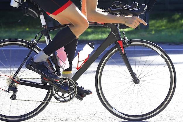 Fietser op fietstochten op de snelweg. sport en gezondheid