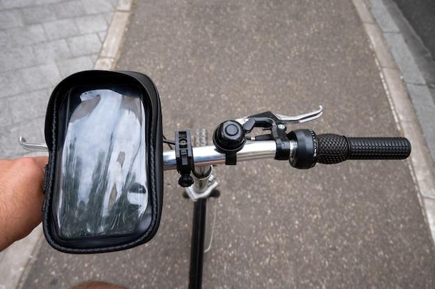 Fietser op het fietspad. uitzicht vanuit de eerste persoon. focus op de hand en het stuur.