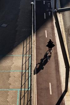 Fietser op straat in de stad bilbao, spanje