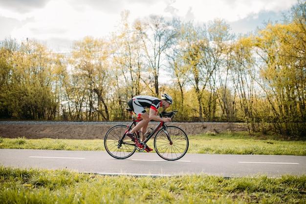 Fietser rijdt op de fiets, snelheidseffect, zijaanzicht