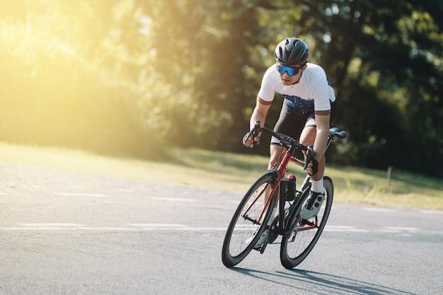 Fietser trappen op een racefiets buitenshuis