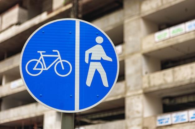 Fietser voetgangers verkeersbord tegen gebouw in aanbouw