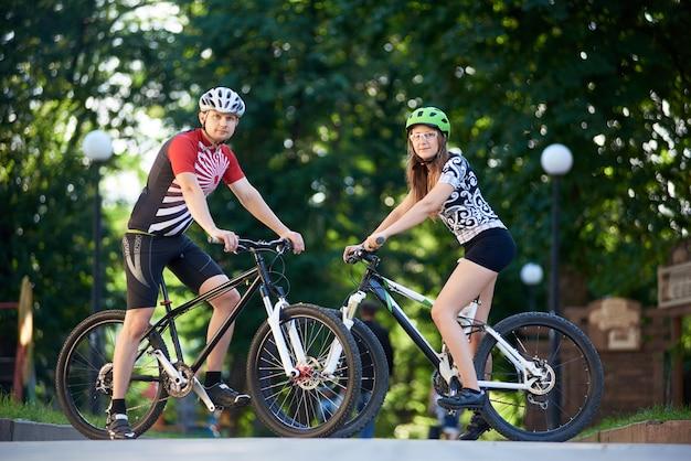 Fietsers met hun fietsen
