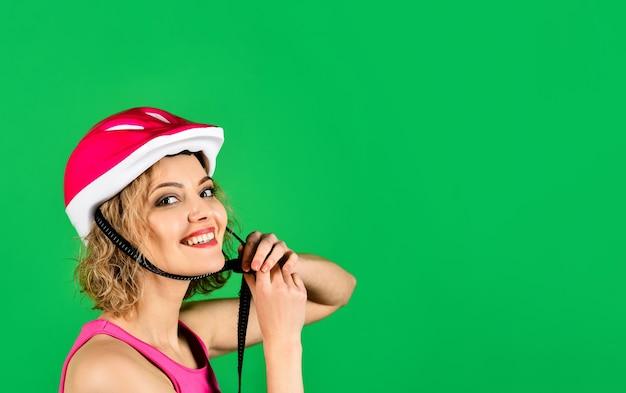 Fietshelm. vrouw in fietshelm. sport. gezonde levensstijl. reclame. ruimte kopiëren.
