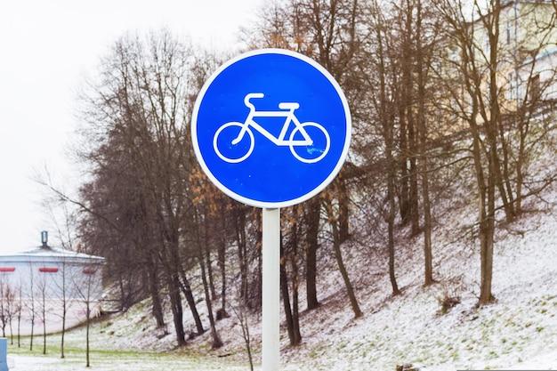 Fietspad in de winter. fietsbord in de sneeuw