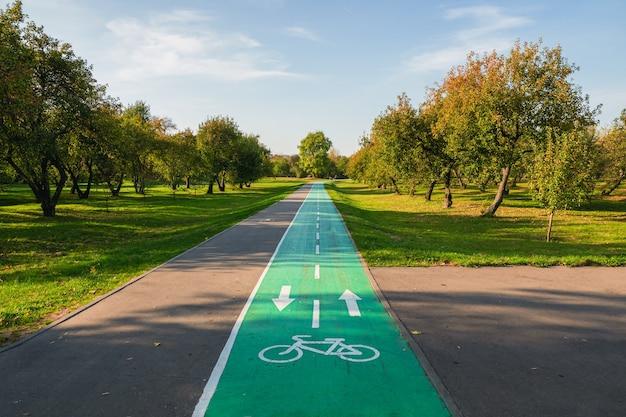 Fietspad in zomerpark. markering op het asfalt. moskou, kolomenskoye.