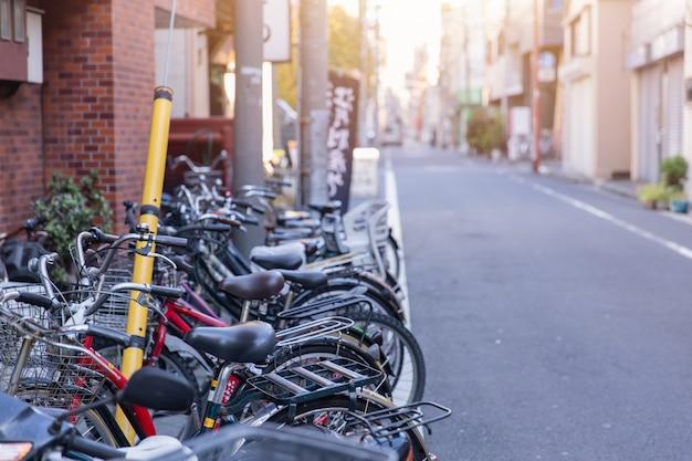 Fietsparkeren aan wegkant in tokyo japan