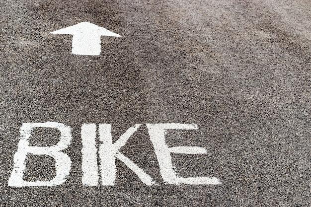 Fietssteeg op asfaltweg met verklaard woord