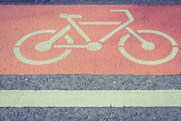 Fietssteeg op de wegachtergrond