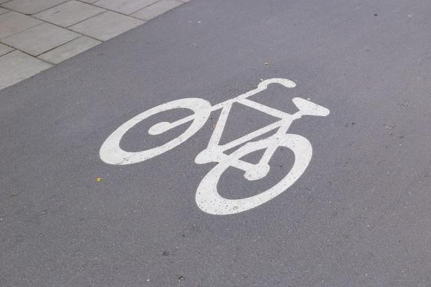 Fietstekenpad op de weg. fietssymbool op stadsstraat