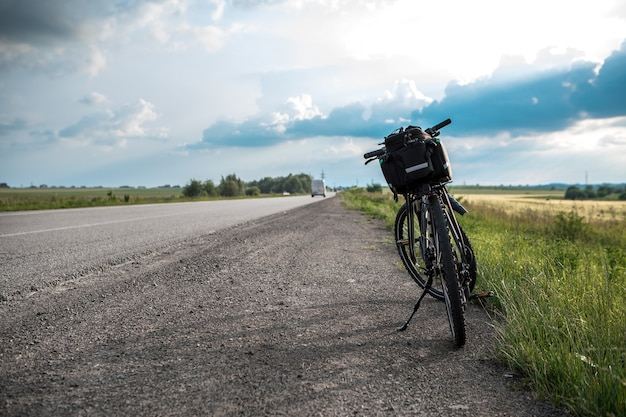 Fietstocht. fiets dichtbij de weg