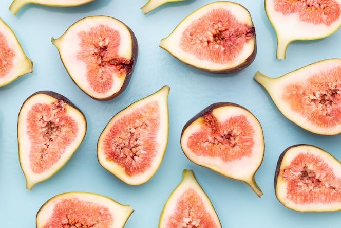 Fig vruchten geïsoleerd op een witte achtergrond. bovenaanzicht. plat lag patroon