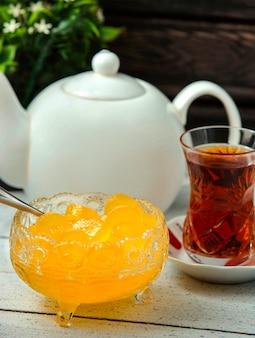 Figue jam met thee op tafel