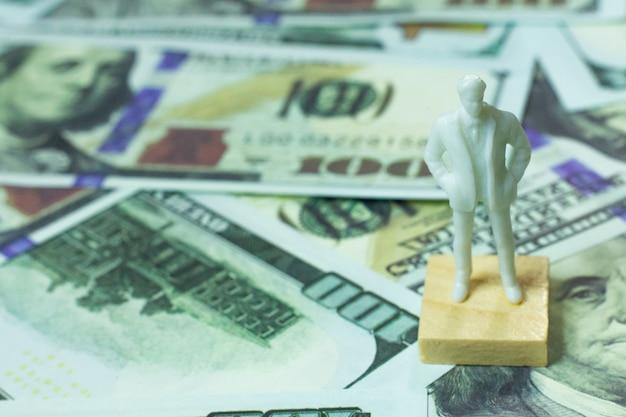 Figuur menselijke en 100 dollar bankbiljetten zakelijke inhoud.
