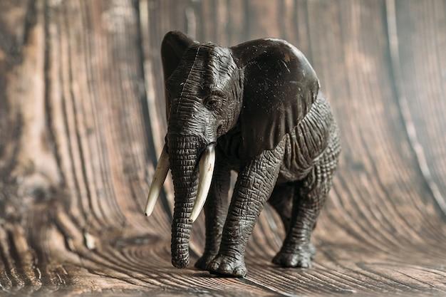 Figuur van een speelgoedolifant op een houten