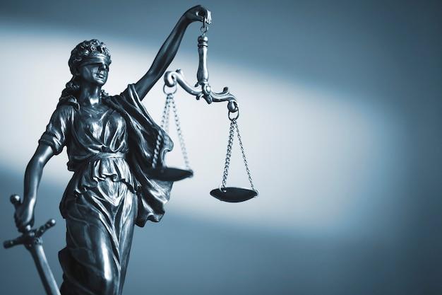 Figuur van justitie met schalen en een zwaard