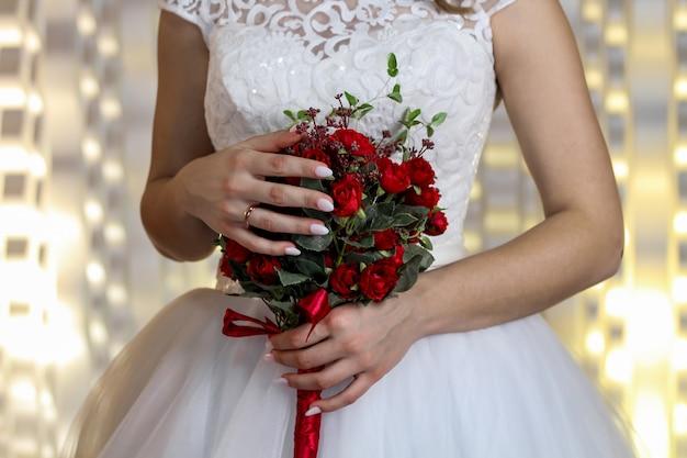 Fijn bruidsboeket van claretroz in handen van de bruid