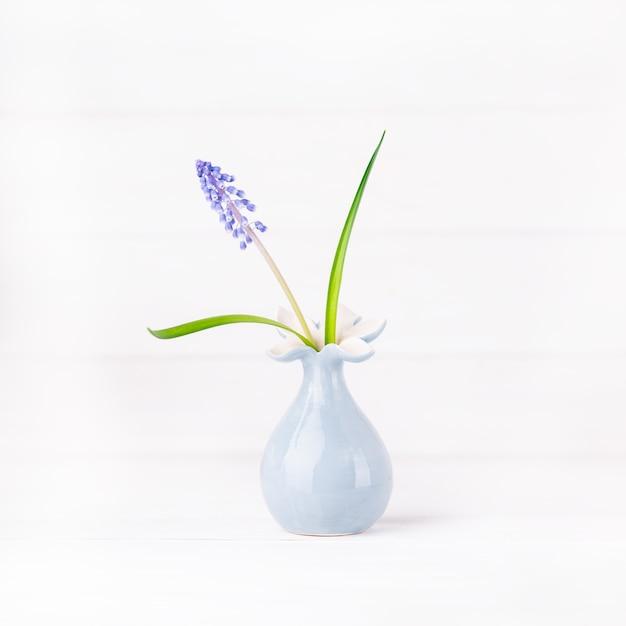 Fijne blauwe druivenhyacint in een grijze bloemenvaas