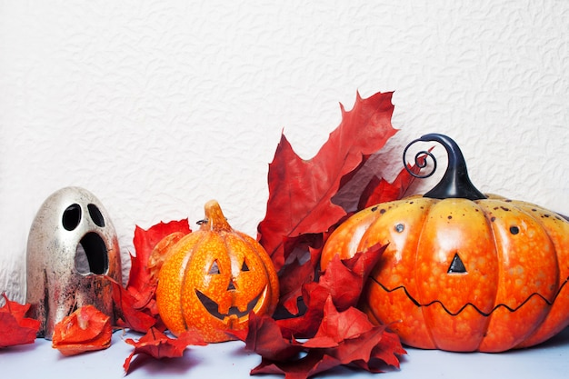 Fijne halloween. feestelijk stilleven, pompoenlantaarn en herfstbladeren.