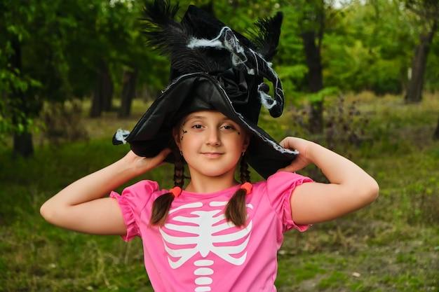 Fijne halloween. portret van een schattig klein kindmeisje in een heksenkostuum.