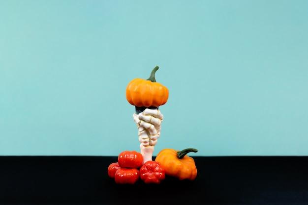 Fijne halloween. veel verschillende pompoenen op een blauwe en zwarte achtergrond