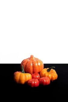 Fijne halloween. veel verschillende pompoenen op een witte zwarte achtergrond