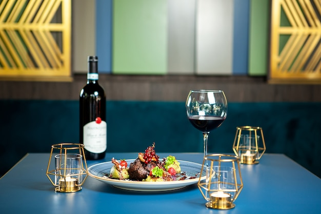 Fijne keuken in luxe lounge. borsteend met rode wijn