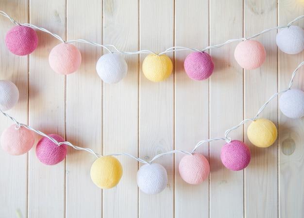 Fijne, mooie lantaarnslingers als bollen garen op een witte achtergrond. decoraties
