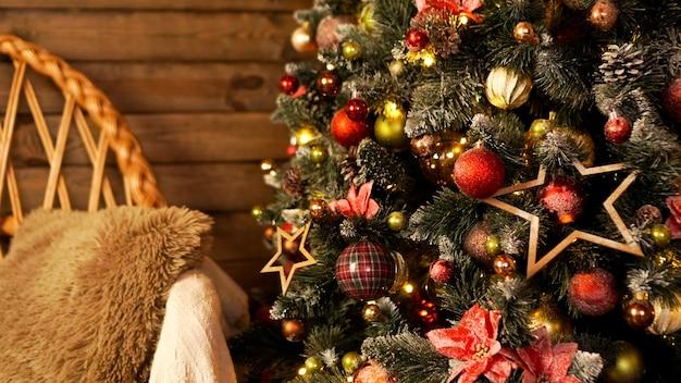 Fijne vakantie. een prachtige houten woonkamer ingericht voor kerstmis.