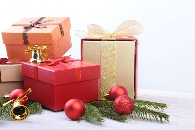 Fijne vakantie. nieuwjaar of kerstversiering met geschenkdozen, kaarsen en ballen.