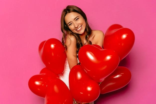 Fijne valentijnsdag. aantrekkelijke verlegen vrouw, op grote schaal lachend