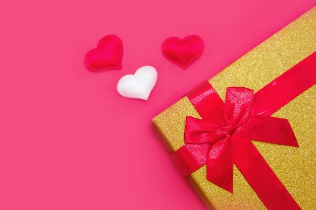 Fijne valentijnsdag flatlay. bovenaanzicht huidige geschenkdoos, harten op gele kleur van de rode achtergrond. panton
