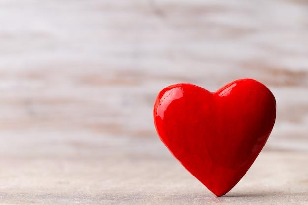 Fijne valentijnsdag. rood hart op een houten achtergrond.
