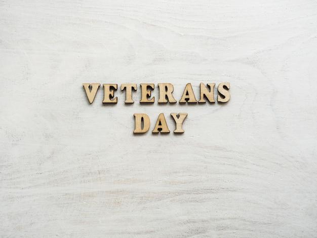 Fijne veteranendag. mooie wenskaart. close-up, weergave van bovenaf. nationale feestdag concept. gefeliciteerd voor familie, familieleden, vrienden en collega's