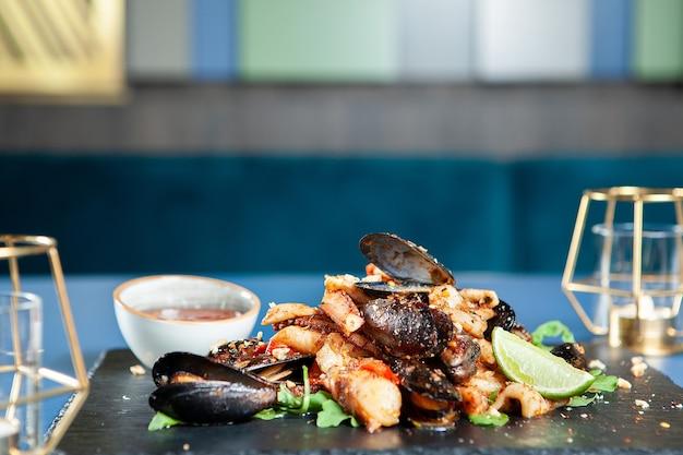 Fijne zeevruchtenkeuken in luxe restaurant. mediterraans eten