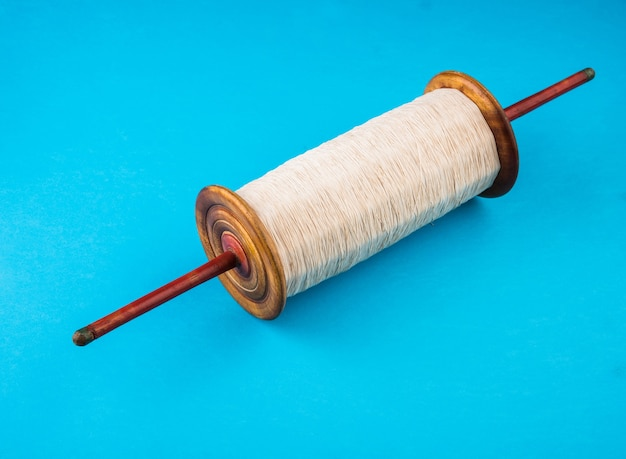 Fikri or reel ook bekend als chakri or spool gebruikt voor vliegeren, effen witte draad
